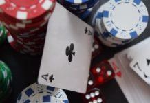 Spielkarten, Chips und Würfel auf einem Haufen