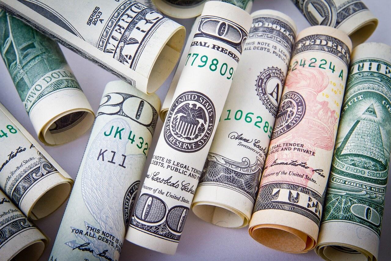 Eingerollte Dollarscheine